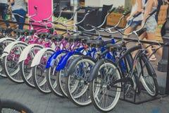 Gruppe Fahrräder auf Parken in der Stadt Stockfotos
