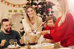 Gruppe Familie und Freunde, die Weihnachtsessen feiern lizenzfreies stockbild