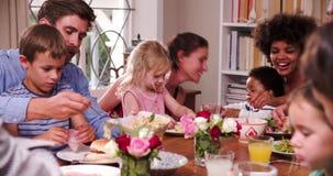 Gruppe Familien, die Mahlzeit zu Hause zusammen haben stock video