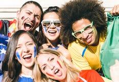 Gruppe Fans, die ihre Teams an der Arena stützen stockbild