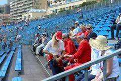 Gruppe Fans und Anhänger von Ferrari mit Hemden und Kappen Stockfotografie