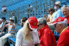 Gruppe Fans und Anhänger von Ferrari mit Hemden und Kappen Lizenzfreies Stockbild