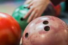 Gruppe farbige Bowlingkugeln im Verein lizenzfreie stockfotos