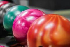 Gruppe farbige Bowlingkugeln im Verein stockbild