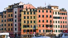 Gruppe farbige Häuser des Hafens von Camogli in Italien lizenzfreie stockfotografie