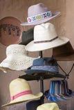 Gruppe farbige touristische Hüte für Verkauf am Markt in Cusco, P stockfotos