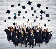 Gruppe feiernde Schulabgänger Stockbilder