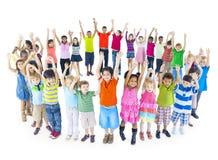 Gruppe feiernde Weltkinder Stockbild