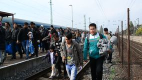 Gruppe Flüchtlinge, die Ungarn verlassen stock video footage