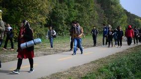 Gruppe Flüchtlinge, die Ungarn verlassen stock footage