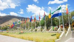Gruppe Flaggen der 24 Provinzen der Republik von Ecuador in dem turistic Mitte Ciudad Mitad Del Mundo nahe von Quito-Stadt Lizenzfreies Stockbild