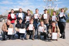 Gruppe Fotografen mit Blättern Papier Stockfotografie