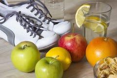 Gruppe Früchte und Turnschuhe für Gewichtsverlust Lizenzfreies Stockfoto
