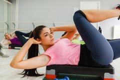 Gruppe Frauen, die Übungen tun Stockfotos