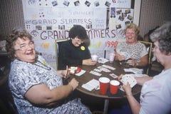 Gruppe Frauen, die Brücke spielen Stockfoto