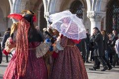 Gruppe Frauen am venetianischen Karneval Lizenzfreies Stockbild