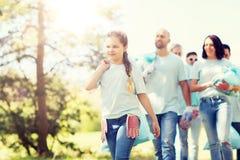 Gruppe Freiwillige mit Abfalltaschen im Park lizenzfreie stockfotos