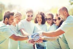 Gruppe Freiwilligen, die Hände auf die Oberseite in Park einsetzen Lizenzfreie Stockbilder