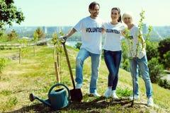 Gruppe Freiwilligen, die nahe neuen Anlagen stehen Lizenzfreie Stockfotos
