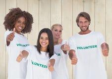 Gruppe Freiwilligen, die sich Daumen zeigen Lizenzfreie Stockbilder