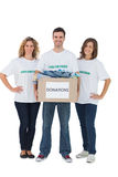 Gruppe Freiwilligen, die Spendenkasten mit Kleidung halten Stockfotografie