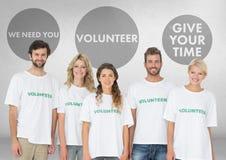 Gruppe Freiwilligen, die vor freiwilligen Grafiken stehen Stockfotografie