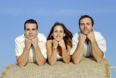 Gruppe Freunde auf einem Strohballen Lizenzfreies Stockbild