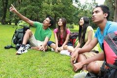 Gruppe Freunde auf einem Wandern Stockbild