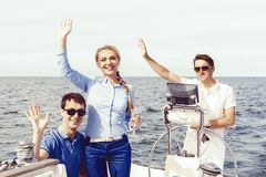 Gruppe Freunde auf einer Yacht einen guten Sommertag genießend Ferien, Feiertag, Sommerzeitkonzept stockfotografie