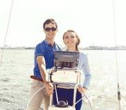 Gruppe Freunde auf einer Yacht einen guten Sommertag genießend Ferien, Feiertag, Sommerzeitkonzept stockfoto