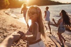 Gruppe Freunde auf Strand stockbild