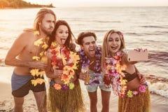 Gruppe Freunde auf Strand Stockfotografie