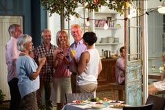 Gruppe Freunde, die Abend im Freien genießen, trinkt Partei lizenzfreie stockfotografie