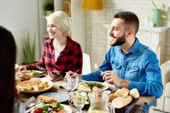 Gruppe Freunde, die Abendessen genießen stockfoto