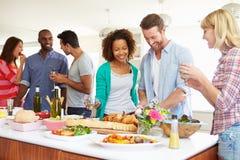 Gruppe Freunde, die Abendessen zu Hause haben Stockfotografie