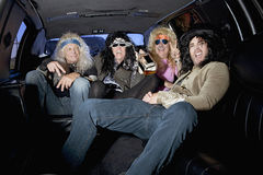 Gruppe Freunde, die Alkohol in der Limousine genießen Lizenzfreies Stockfoto