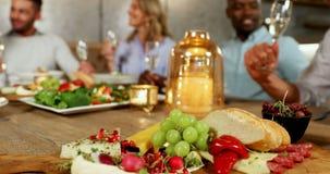 Gruppe Freunde, die Champagner am Abendtische 4K 4k essen stock video