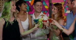 Gruppe Freunde, die Cocktail rösten stock video