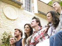Gruppe Freunde, die draußen Abstand untersuchen Lizenzfreie Stockbilder