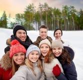 Gruppe Freunde, die draußen selfie im Winter nehmen lizenzfreie stockfotografie