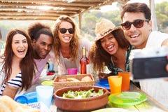 Gruppe Freunde, die draußen Selfie während des Mittagessens nehmen lizenzfreies stockbild