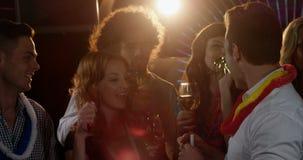 Gruppe Freunde, die ein Glas Champagner in der Stange rösten stock video
