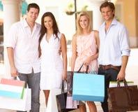 Gruppe Freunde, die Einkaufen-Reise genießen Stockbild