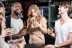 Gruppe Freunde, die etwas trinken Lizenzfreies Stockfoto
