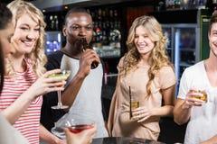 Gruppe Freunde, die etwas trinken Lizenzfreie Stockbilder