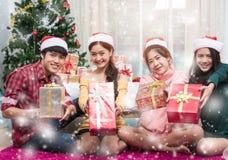 Gruppe Freunde, die Geschenkbox zeigend feiern lizenzfreies stockfoto