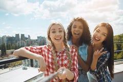 Gruppe Freunde, die Grillpartei auf dem Dach haben Lizenzfreies Stockfoto