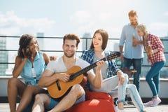 Gruppe Freunde, die Grillpartei auf dem Dach haben Lizenzfreie Stockbilder