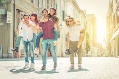 Gruppe Freunde, die herum im Stadtzentrum spielen Lizenzfreie Stockfotos