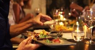 Gruppe Freunde, die ihr 4k zu Abend essen stock video